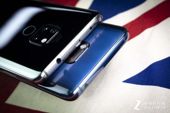 黑色的手机是Mate 20 可以看到它保留了耳机孔