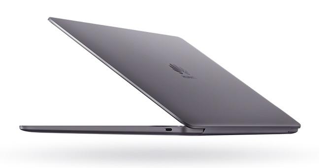 MateBook 13在外形设计上采用金属极简风格,配以深空灰、皓月银和樱粉金三款配色,时尚美感十足。机身整体尺寸为286*211mm,最厚处仅有14.9mm,铝合金机身轻至1.28kg。机身的侧边呈曲线圆润有弧度,CNC钻切工艺,配合精密陶瓷喷砂工艺,整机触摸手感非常舒适。