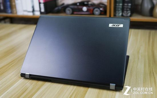 顶盖上的Acer logo铭牌镶嵌在机身面板中