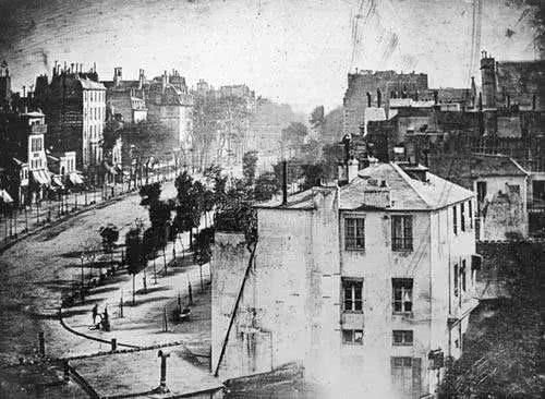 历史上第一张照片曝光要 8 小时曾经拍照还要冲洗胶卷