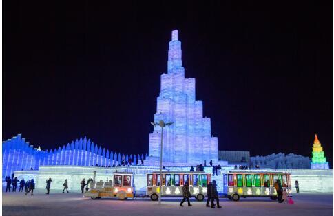 每当冬意渐浓,各地的游客不远万里,纷纷来到冰雪大世界