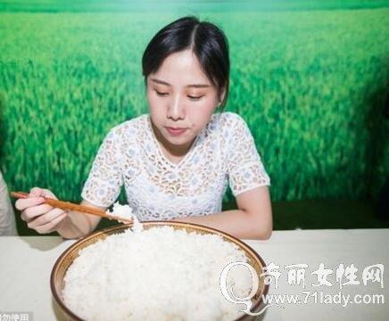 美女吃完8斤大米