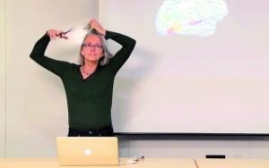 太敬业 美国女教授课堂上剃光头 给学生讲解大脑结构