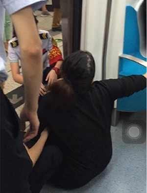 孕妇无人让座堵地铁门 逼停地铁174秒