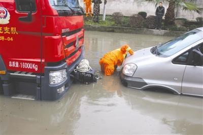 面包车被困污水中车上人员竟然不逃生坐等救援。
