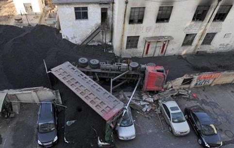 卡车卸煤发生侧翻现场一片狼藉