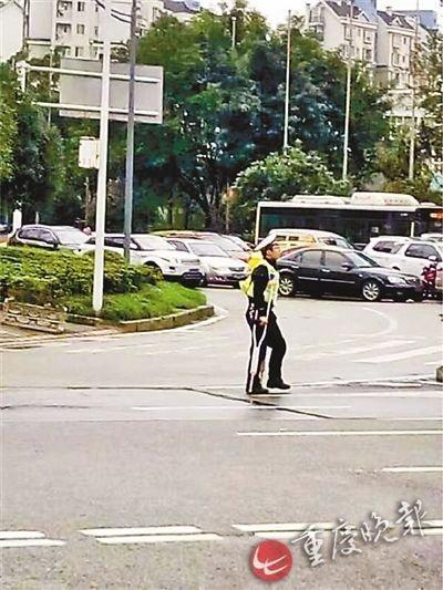 交警拄拐杖变网红被路人纷纷点赞