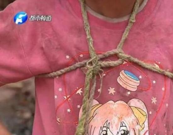 女孩被栓大树5年是怎么回事?