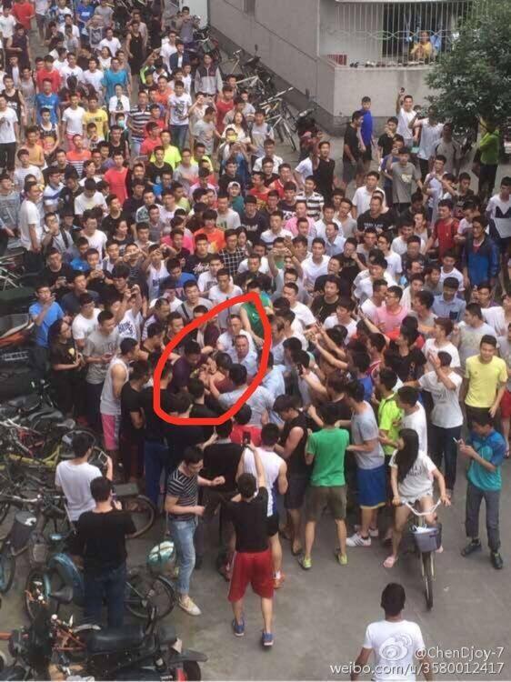 成都体院有人潜入偷车遭近百学生围堵