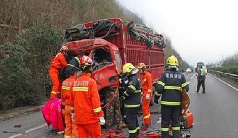 渝湘高速货车追尾   民警提醒切勿疲劳驾驶