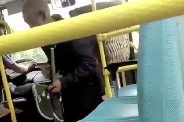 让人心酸!老人脱鞋乘车 鞋底有泥被嫌弃司机提出无理要求