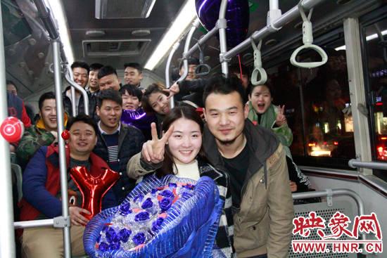 小伙和女友回到最初相识的公交车上,现场求婚成功。