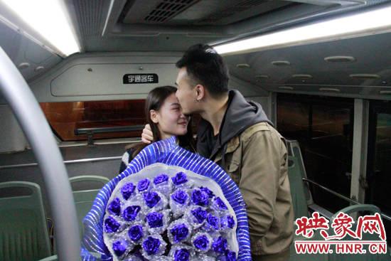 小伙亲手将事先准备好的求婚项链为女友系上。