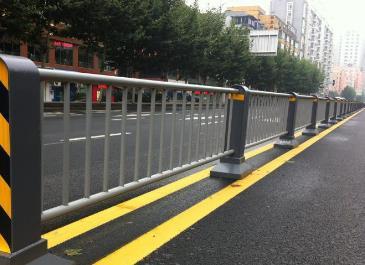 私拆交通护栏被拘 老板道出原因网友吐槽真奇葩