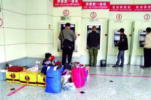 """近日,热心读者向本报反映,经常见到一个40岁上下的中年女子带着一个小男孩在西城区一处自助银行里睡觉。""""孩子看起来有十来岁,也不见上学,每天都在附近晃悠,让人担心孩子的状况。""""北京晨报记者实地探访后发现,女子带着小孩居无定所,已在北京漂泊十年,10岁的儿子一直没有上学,甚至未接触就开始恐惧,把学校比作""""监狱""""。"""
