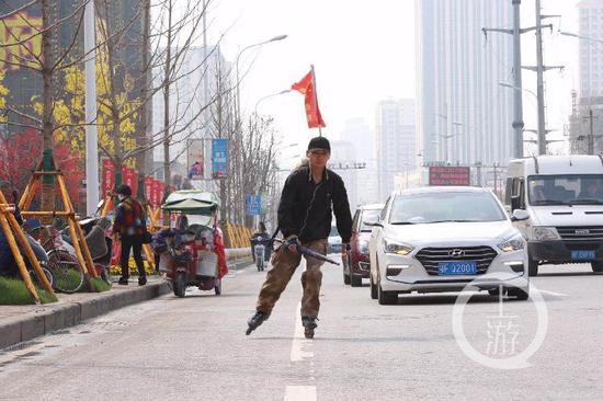 轮滑小伙李宝杨在滑行回家的路上。