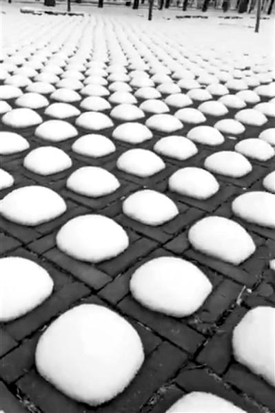 """停车场雪后现近千个""""雪馒头"""" 怎样形成的"""